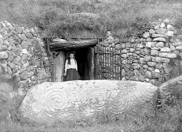 Newgrange-entrance.jpg